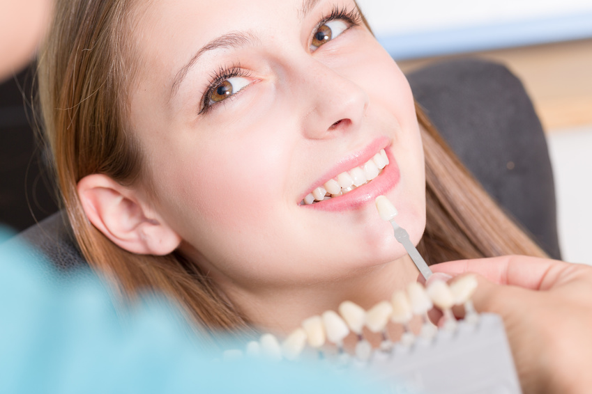 Die Zahnfarbe für den Zahnersatz wird verglichen